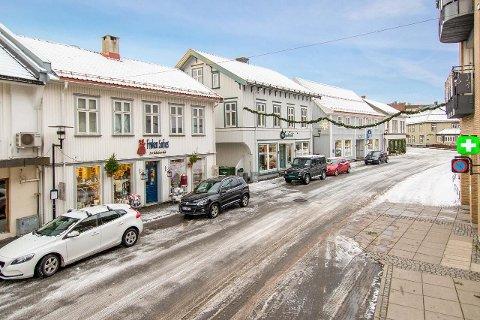 TORGGATA: De to hitterste bygårdene på bildet, som blant annet huser Frøken Sofies Sy- og Strikkebutikk og HårGalleriet, er solgt for over ni millioner kroner.