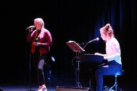 Sang og dans ble vist fra scenen.