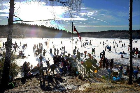 HUSKER DU?: Strålende vær og en fantastisk isflate samlet hundrevis av folk på Goksjø i januar i fjor. For å få til ny skøytefest, frir turistforeningen til de som har en firehjuling og et par ledige timer.