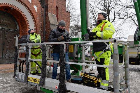 KURVEN: Høyde, avstand og fart styres fra kurven. Her er  Ole Larsen, Knurt Evensen og Tony Folvik på vei opp med liften.