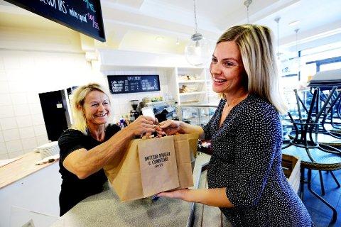 FØRST UT: Maren Skustad fra Nøtterøy var en av de første til å teste ut tgtg- bakervarene på Nøtterø bakeri. Her fikk hun varene sine av daglig leder Siri Dürendahl ved Nøtterø bakeri i Tønsberg da bakeriet tok i bruk ordningen høsten 2016.