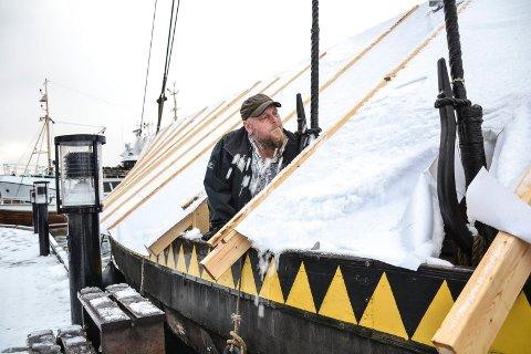 PASSER DAGLIG: Leder i båtlaget Gaia, Thomas Ekenes, passer daglig på at plastduken som dekker skipet ikke tynges av snø, og at pumpene om bord virker som de skal.