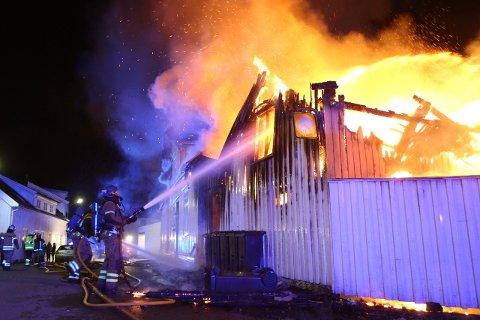 FÆRRE AV DISSE: Bildet er fra en boligbrann i Prinsens gate i mai i år. Brannvesenet har opplevd færre store branner i 2017 enn tidligere.