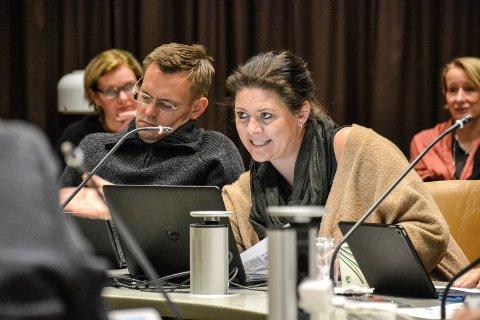 RIGGET FOR DET: – Nå er Sandefjord kommune, med ansatte, boliger og alt sammen, rigget for å ta imot syv enslige mindreårige flyktninger, sier Cathrine Andersen (Frp). Bildet er fra et formannskapsmøte, til venstre sitter Nils Økstad Fischer (V).