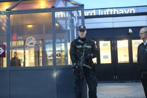 BEVÆPNET: Politifolk holdt vakt ved inn- og utgangene til flyplassen fredag ettermiddag og kveld.