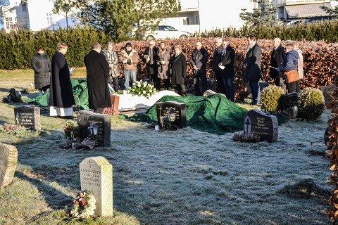 Ingen familie: Det var naboene som fulgte Harry Fischer til gravstedet i januar.
