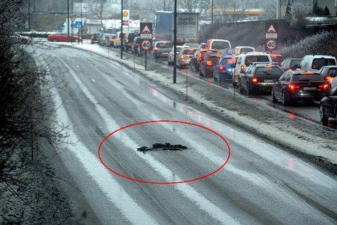 SYNKEHULL: Midt i veien ble det torsdag oppdaget et synkehull. Politiet, som kom først til stedet, opplyste at grunnen beveget seg. (Foto: Per Langevei)