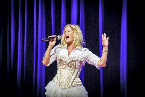 SYNGER MED JAZZY: Marit Strømøy er gjestevokalist når Jazzy Sassy Frankfurters lørdag går i gang med den nye konsertserien «Jazzy, Dag og duettene» på Draaben.