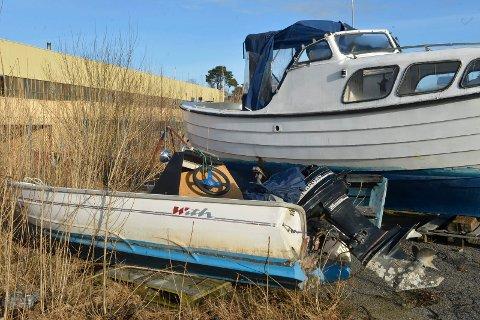 Vrakpant: Jolla i forgrunn er en uidentifisert båt som Havnevesenet søker etter eier på. Snekka i bakgrunn begynner også bli moden for gjenvinning.