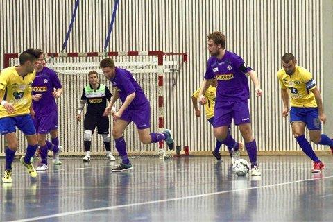 Tok medalje: Spillende trener og kaptein Martin Christiansen (med ball) og Sandefjord Futsal spilte siste serierunde i eliteserien i helga. Der sikret laget seg tredjeplassen.