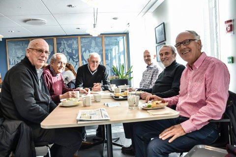 TRIVSEL: De er født og oppvokst i Sandefjord,  og de trives. Fra venstre: Per Christian Andersen (72), Thore Ludvig Liverød (78), Harry Solli (74), Thorvald Skjelbred (72), Jan Borgersen (73) og Trygve Andersen (73).