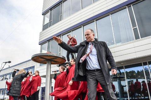 SLO I KLOKKA: Styrformann i Jotun, Odd Gleditsch d.y., åpnet det nye administrasjonsbygget på Vindal.