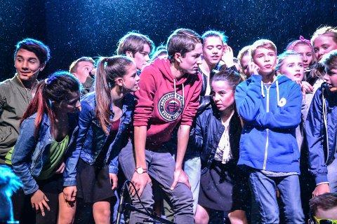 FÅR DET TØFT: Stian Gangsø (t.h.) spiller den 13 år gamle Evan som flytter med moren fra storbyen til en småby. Der får han utfordringer.