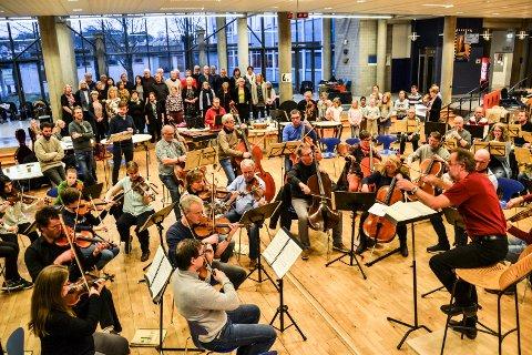STORT: Operaen La Bohemè er den største satsingen fra Vestfold Symfoniorkester. I tillegg til orkesteret deltar 8 nasjonale solister, Vestfold Operakor og Sandefjord Barnekor. Bildet er fra første felles øving Forum ved SVGS.