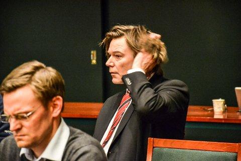 LIBERALIST: Ole T. Hoelseth sitter som uavhengig representant i kommunestyret, etter at han meldte seg ut av FrP og inn i partiet Liberalistene. Til venstre sitter Nils Økstad Fischer (V).
