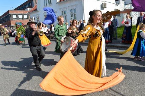 """17. maitoget: Et av målene med prosjektet """"Teater på Tvers"""" er at deltagerne skal vise frem sine nye kunster i byens gater på 17. mai i sammen med Stella Polaris. Avsluttningen på prosjektet feires med """"Solfest"""" på Gogstadhaugen."""