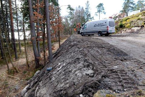 KORSVIK: Veien til den planlagte boligen er anlagt mellom et boligområde på Asnes (til høyre) og friområdet ved Korsvik. På nedsiden av veien går en etablert sti.