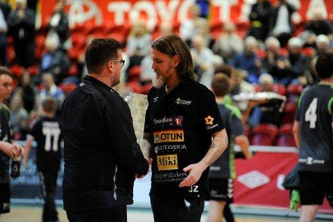 Snart slutt: Johan Zanotti fikk gave og takk for innsatsen som trener for Runar. Han gir seg etter årets sesong.