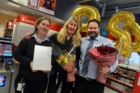 Vinnere: Posten på Pindsle er best i Norge. Meny Pindsle Post i Butikk. f.v: Katrine Schaathun og Heidi Grimstvedt gledet seg over seieren sammen med butikksjef på Meny Pindsle, Alex Christoffersen.