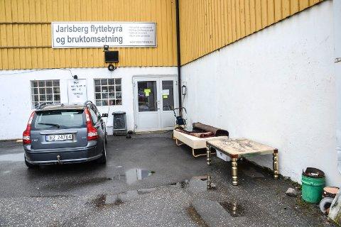 DUMPET: Dette er en bruktbutikk - ikke Kastet gjenvinningsstasjon. Butikken, som også er flyttebyrå, ligger i Peder Bogens gate.