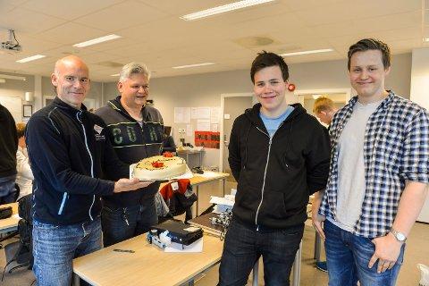 Automatiserings-elevene Andreas Bjønness og Bendik Langved ble hedret med kake og gratulasjoner fra  sine lærere (f.venstre) Bjørn Tveitan og Tom Larsen.