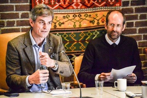 VARSLERSAKEN: Advokat Jan Fougner er engasjert av kommunen for å undersøke om rådmannen har brutt regelverket ved å navngi varsleren. Han skal også vurdere den endelige rapporten i saken. Til venstre ordfører Bjørn Ole Gleditsch.