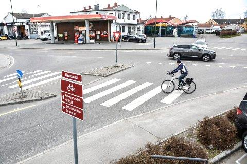 HAUKERØDKRYSSET: Rådmannen foreslår flere utbedringer rundt Haukerødkrysset som rekkefølgekrav før ny idrettsskole skal etableres. Men fortau langs Klavenesveien (til høyre på bildet) er tatt ut.