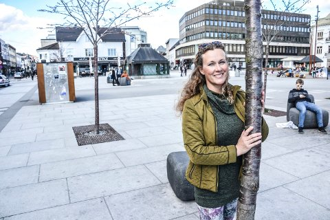 HAGEDESIGNER: Vibeke Dahl Skelton har forslag til hvordan Torvet kan oppgraderes, blant annet her ved trærne mot Jernbanealleen.