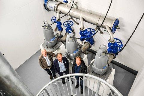 TRE PUMPER: Anlegget har kostet 25 millioner kroner, og er overdratt vederlagsfritt til kommunen. Fra venstre: Prosjektleder for Oslofjord Convention Center, Svein Gangsø, styreleder for Oslofjord-selskapene, Roar Ingdal, og prosjektleder i Sandefjord kommune,  Arne Fønhus.