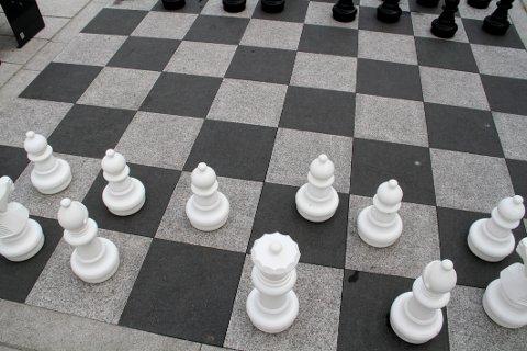 BORTE: Den hvite kongen er søkk borte fra det nye sjakkspillet på Dr. Graaruds plass.