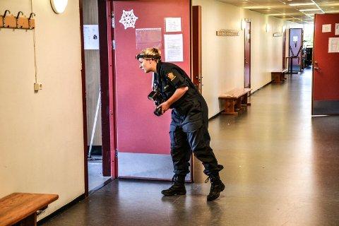 ETTERFORSKES: Fire teknikere fra politiet undersøkte rom for rom der tyvene hadde vært inne.
