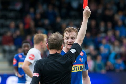 UTVIST: Sandefjords Christer Reppesgård Hansen fikk rødt kort, en avgjørelse han var sterkt uenig i. Foto: Christian Blom / NTB scanpix