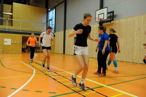 Henriette Christiansen er ny hovedtrener for STIF/HG Gokstad. Her leder hun jentene i Bugårdshallen. Olivia Haugland, Helene Ingebretsen og Eli Smørgrav Skogstrand