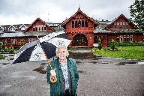 KULTUR-STAFETT: Leder i Litteraturforeningen, Ragnar Aamodt, inviterer til ny Kultur-Stafett i Kurbadet. Denne gang er kommunikasjon stikkordet.