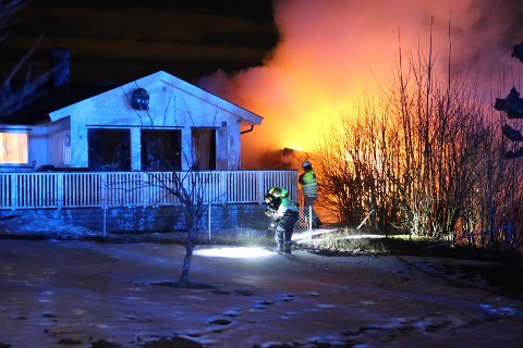 Det brant heftig i boden da brannen ble oppdaget. Brannvesenet brukte en halv time på å slukke.
