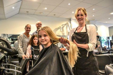 FOR KREFTSAKEN: Isabella Maria Hansen ga bort håret sitt til kreftrammede barn. Bak står mamma Tanya Luise Hansen, pappa Henrik Steen Hansen og venninna Isabella Zoi Lappas. Frisør er Victoria Eigestad.