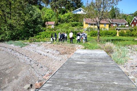 BEFARING: Kommunen skal fjerne brygger tilhørende hytter på Brunstad. Nå kan det bli omkamp om denne ene brygga. Bildet er tatt da skjønnsretten var på befaring i mai.