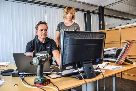 OPPE IGJEN: Nesten alle datafunksjoner fungerer nå som det skal for salgssjef Espen Haugli og regnskapsmedarbeider Therese Feen i Metabo Norge AS.