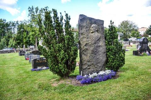 ÆRESGRAV: Kaptein C.A. Larsen ligger i æresgrav på Sandefjord kirkegård, sammen med sin kone Andrine.