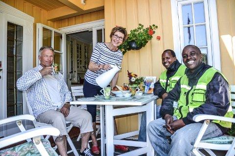 BLE KJENT: Bokselgerne Julius Ramadhani Mbwambo (t.v) og Nicolaus Aman Kitururu ble vamt tatt imot hjemme hos ekteparet Hans Vilhelm og Randi Johnsen på Østerøya.
