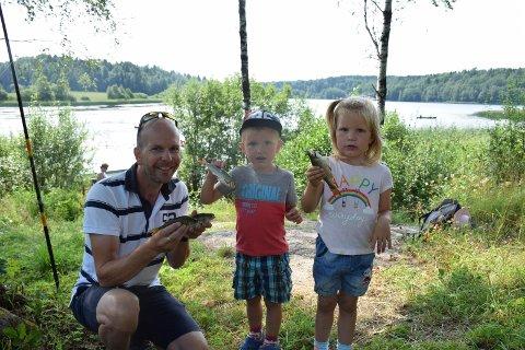 FISKELYKKE: Under fjorårets arrangement ved Gokskjø var det mange som fikk prøve fiskelykken for første gang. Tvillingene Fredrik og Elise var blant de heldige som fikk fisk på kroken. (Arkivfoto: Victoria Armstrong)