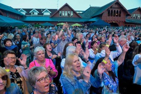 FØRSTE SESONG: Kurbadhagen har dratt mye publikum i sommer, til tross for at de startet planleggingen for sin aller første konsertsesong så sent som i mai. Her koser folk seg på konserten med Smokie 8. juli.