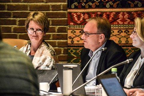 RENVASKES: Det er ikke hold i de alvorlige anklagene mot rådmann Gudrun Grindaker, slås det fast i rapporten fra Tenden-advokatene. Her er hun sammen med assisterende rådmann Stein Rismyhr.