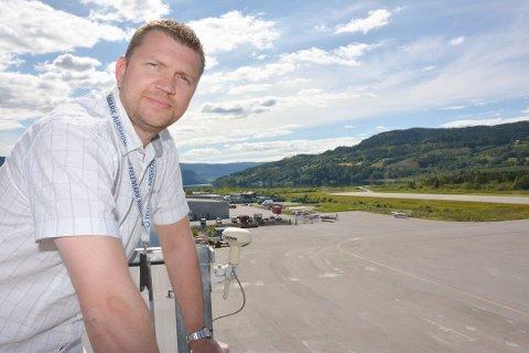 UTVIDER: – Vi utvider for å gjøre klart til flyskolen, sier flyplassjef Dag Flåterud ved Notodden flyplass. Foto: Jarle Pedersen/Telemarksavisa