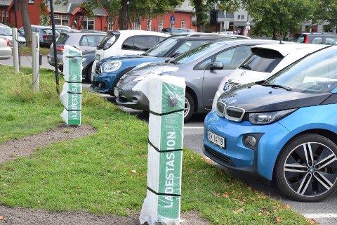 MÅ BETALE: Det kommer seks nye reserverte plasser for elbiler på Tvilolitomta, alle med ladepunkt. Strømmen skal fortsatt være gratis i tre timer, men eierne får ikke lenger parkere gratis.
