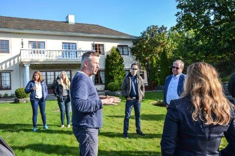 FIKK NEI: Seniorsenteret Villa Mokollen får nei av politikerne. Nå må Thomas Hoel Eriksen (i midten) legge fram nye planer for å få senteret godkjent.