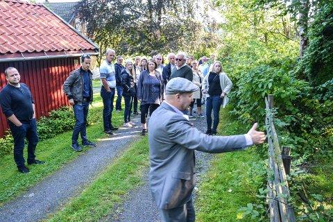 SNUDDE: Gang- og sykkelveien var ment å gå på denne adkomstveien og gjennom eiendommen i bakgrunnen. I forgrunnen bygningssjef Sindre Væren Rørby.