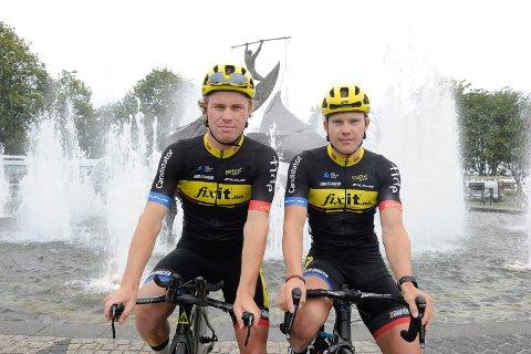 JAKTER LAG: Team Fixit er snart historie og Sandefjord-rytterne Marius Blålid (f.v.) og Ken-Levi Eikeland har havnet i en vanskelig situasjon. De må inn på et nytt lag for å få sykle UCI-ritt.