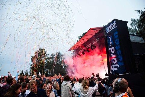 JUBILEUM MED BISMAK: Fjordfesten har de siste årene samlet over 10.000 publikummere. Etter at Facebook stoppet festivalens annonser, frykter arrangørene billettsvikt for årets festival. Bildet er fra Fjordfesten 2015.