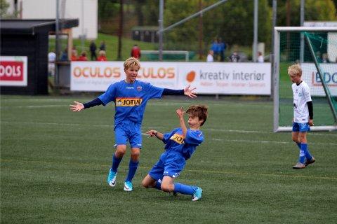 JUBEL: Simen Wallin (på knærne) og Håkon Ude Hasle var bare to av spillerne som sørget for til sammen 36 scoringer på fire kamper for samarbeidslaget Sandefjord Ballklubb/GØIF i 04-klassen.
